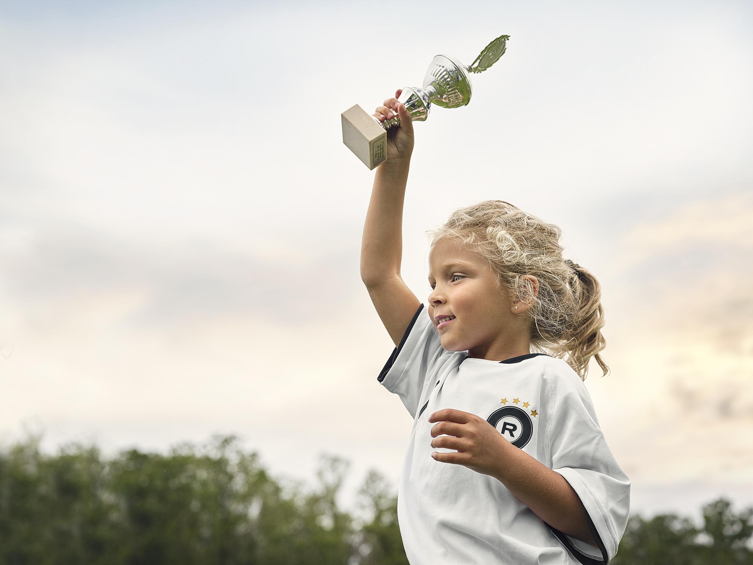 Werbefotografie Mädchen mit Trikot und Pokal